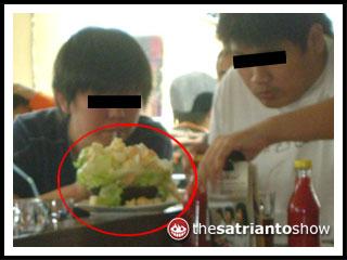 subhanallah...bener-bener pengambil salad yang skillful